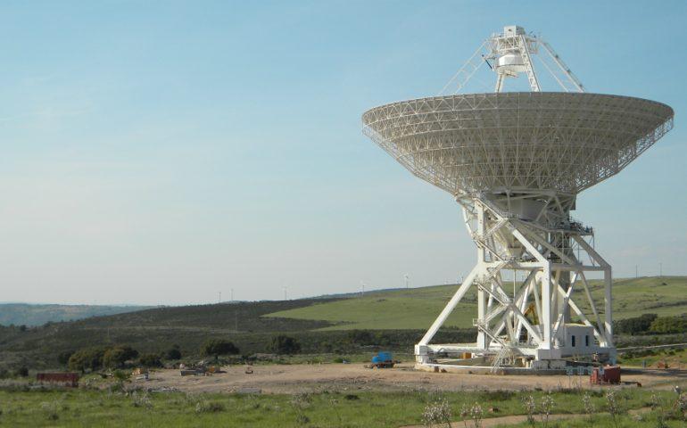 Radiotelescopio in Sardegna. immagine a scopo decorativo