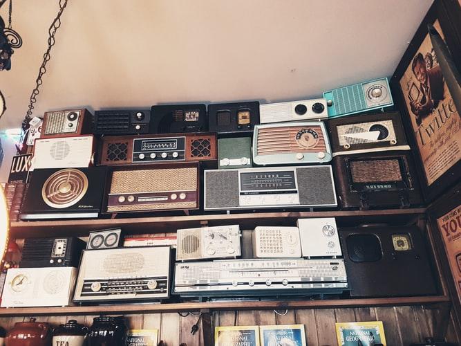 immagine decorativa. Illustra assortimento di radio vintage