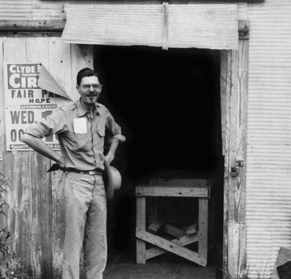 Paul W. Klipsch di fronte alla centrale telefonica di Hope, Arkansas