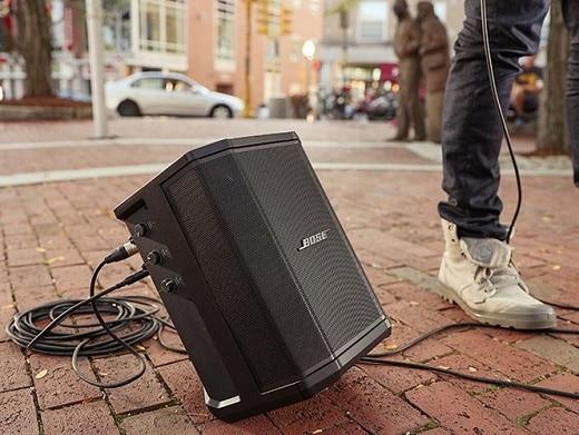 Immagine che illustra uno degli utilizzi possibili di Bose S1 Pro, ovvero come diffusore portatile per spettacoli in strada